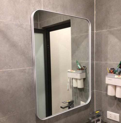 Gương phòng tắm khung viền màu trắng nghệ thuật MIKEN MKG-NT0022W